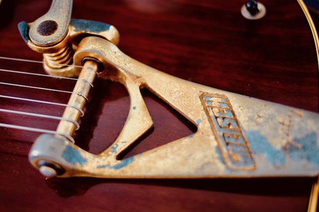 買ったときはメッキもピカピカだったすよ。あれから36年。このギターと走ってきたす。