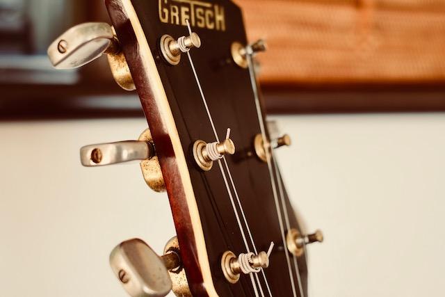 グレッチは弦を張るのが難しいのです。なかなかこんな風に張れません。