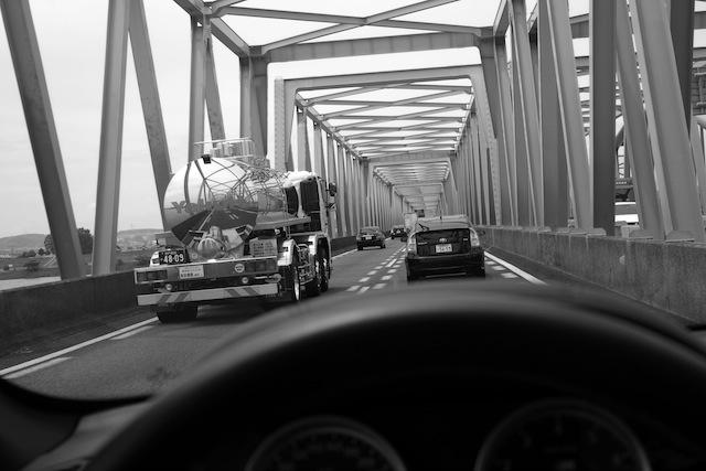 橋を渡り、河を越え。