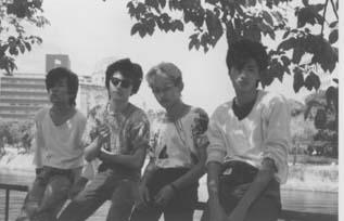 ツアー先の広島で。おそらく1983年。中原英司、山口洋、大島正嗣、藤原慶彦。