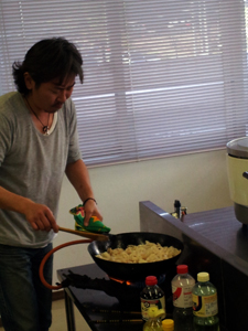 現地で仕込みを開始した料理隊長H(元ヤン)。現地特派員より。飲みすぎんなよー。