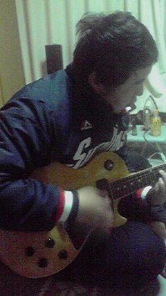 ひさしぶりにギターを握って奥さんに盗撮された長野のTくん。笑