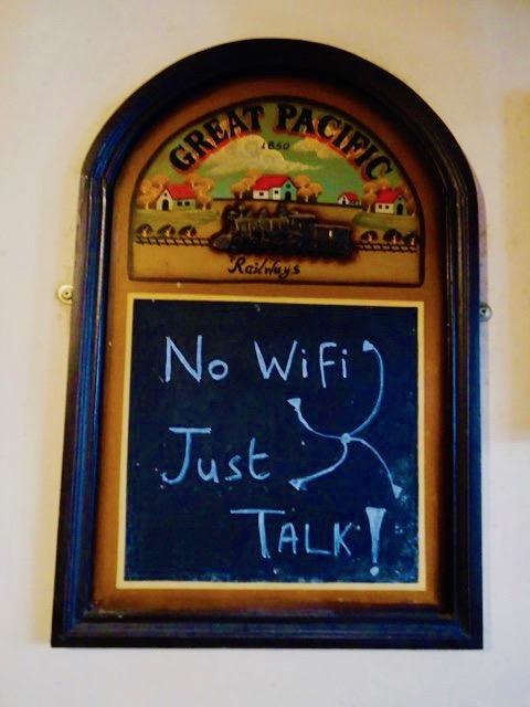 アイルランドのスライゴーのパブのサイン by ともだち。最高!パブにwifiは不要。