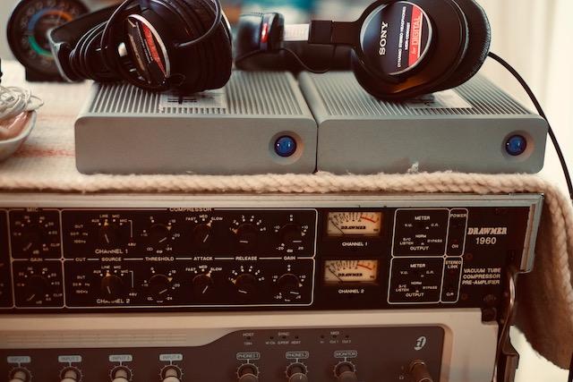 僕らは何十年もこのヘッドフォンを使ってきたから、これで聞けば大抵のことは判断できる。でも、決していい音ではないのです。