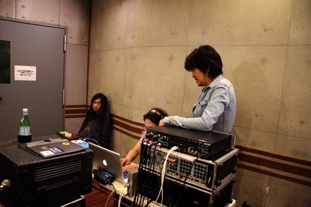我々のレコーディングでヘッドフォンをしているのはエンジニアだけです。