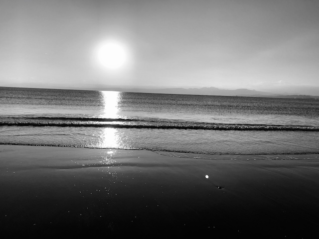 成人の日に太陽と海。