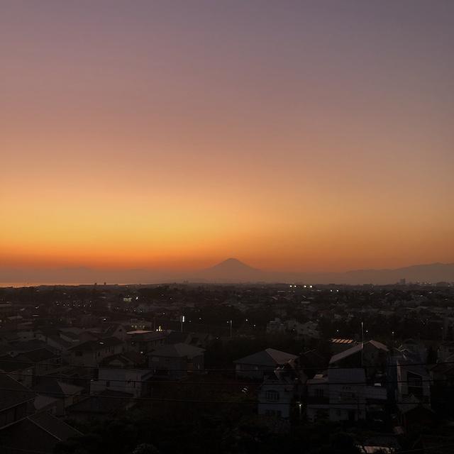 屋上からの夕暮れと富士山があまりにも素晴らしかったから。おすそ分け。