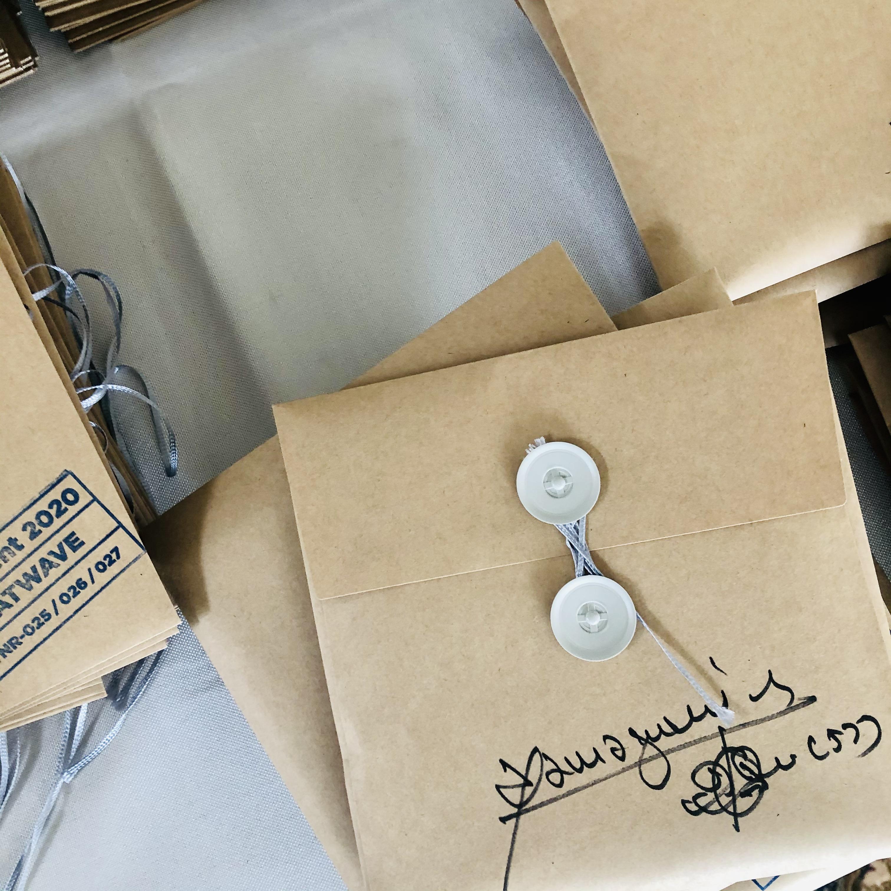 すべての製品にサインが入ってます。わたくすからの郵便が届くって体です。