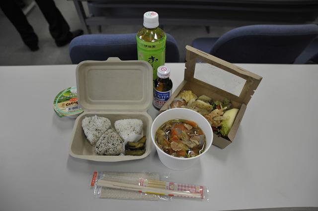女性スタッフチームが中心になって前日から作ってくれたお弁当。函館からの食材も使われました。ちょー美味!!!