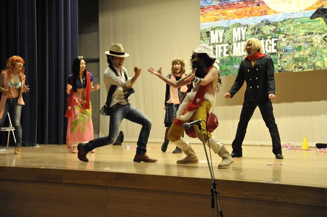 相馬の子供たちを代表して劇団「なりキり座」の座長とジャンケンをするオレ。撮影、松本康男。